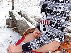 Парень подрочил и кончил в снежном лесу